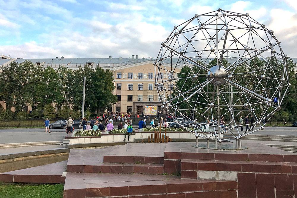 Напротив ПетрГУ есть фонтан в виде молекулы