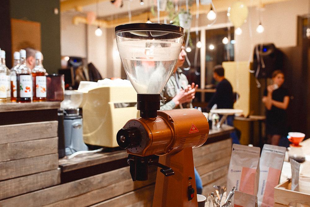 Мы используем автоматическую кофемолку: нажимаешь на кнопку, и она мелет. За раз на ней можно перемолоть два килограмма кофейных зерен, но мы мелем отдельно длякаждого заказа перед завариванием. Так у кофе сохраняется насыщенный вкус