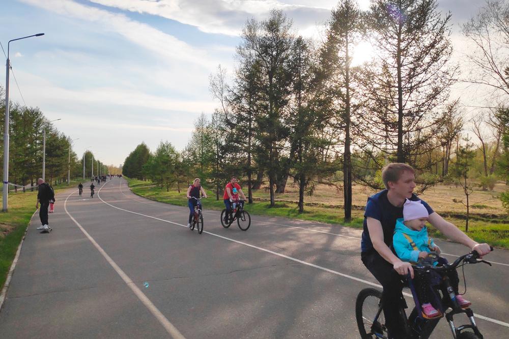 Летом на набережных и на острове Татышев берем велосипеды и ролики в прокат — стоит от 200<span class=ruble>Р</span> в час. Есть велосипеды с детским креслом, чтобы кататься с ребенком