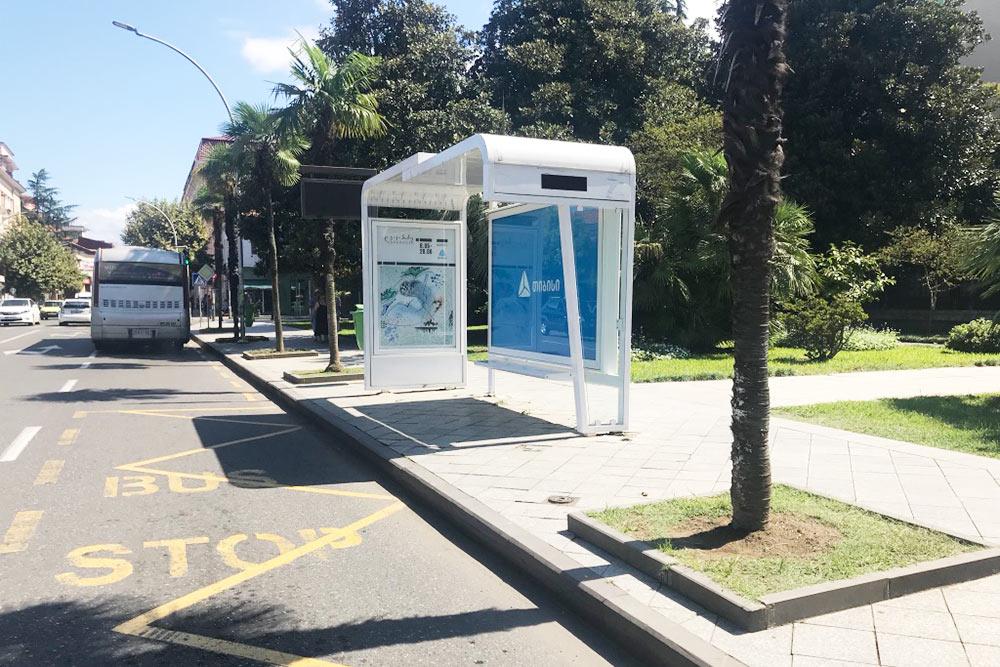 Автобусная остановка и выделенная линия для автобусов в центре Батуми