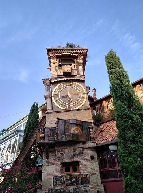 Театр марионеток Резо Габриадзе. Билеты лучше покупать за месяц до представления. Стоимость билетов 10—30 ₾ (230—690 рублей)