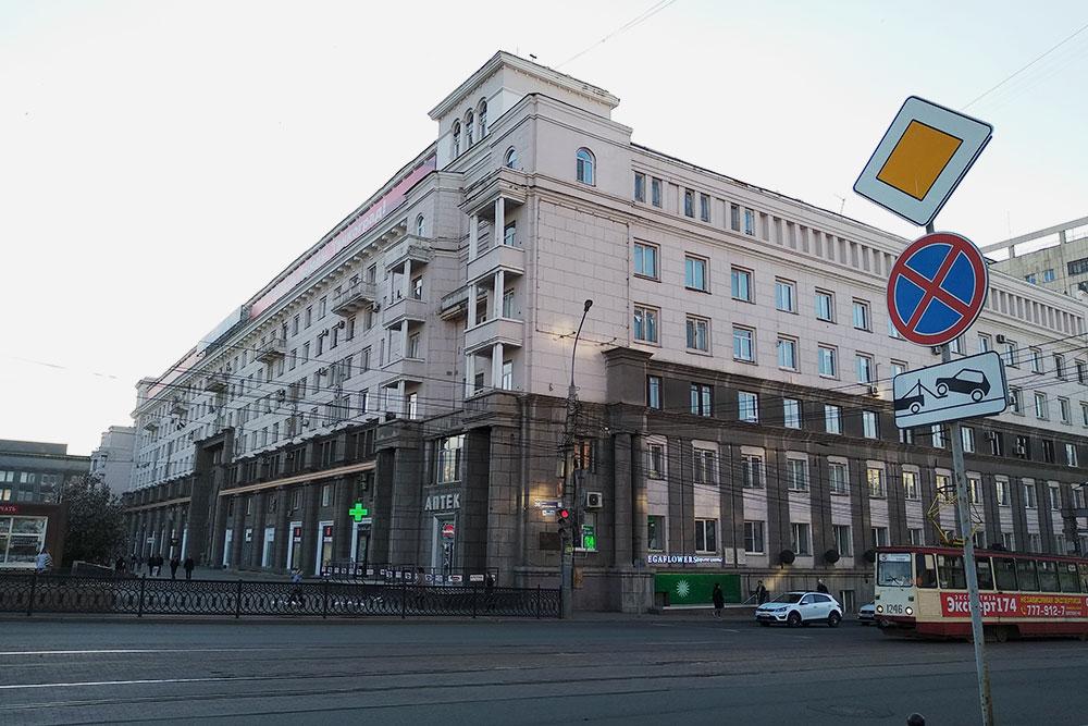 Центр города. Здание в стиле сталинского классицизма напротив площади Революции, его построили в 1938 году по проекту ленинградских архитекторов, оно стало первым семиэтажным домом в городе