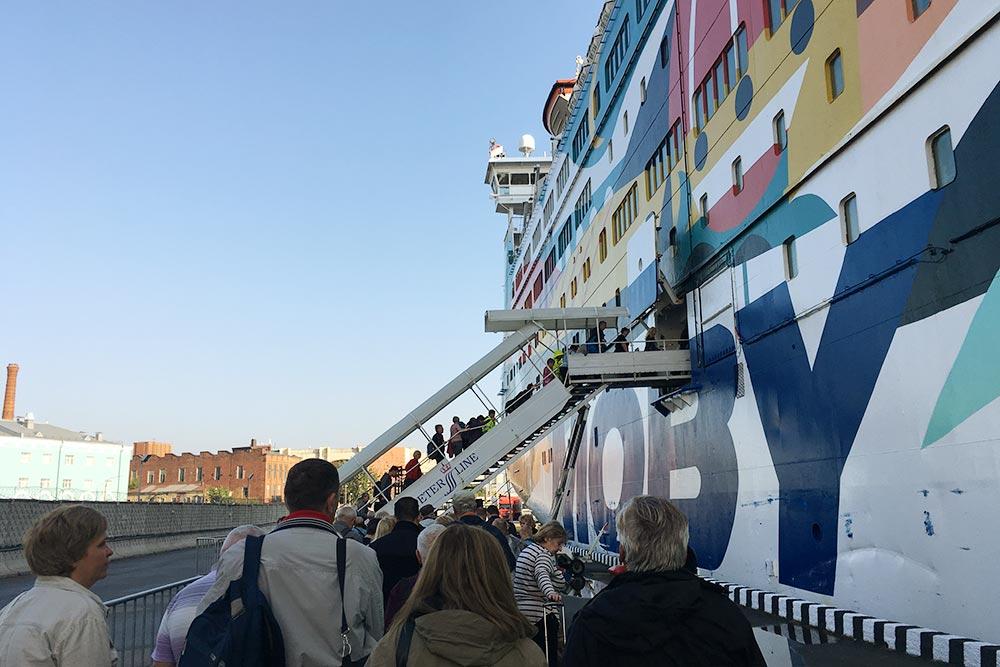 Морской вокзал Петербурга не оборудован крытым переходом на паром. Стоять в очереди на улице приходится минут 10. Наверное, зимой это некомфортно