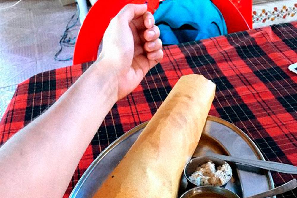 Доса — большой хрустящий блин с начинкой. Подается с соусами. Начинка может быть из овощей, курицы, картофельного пюре, риса. От этого зависит и цена: 40—200 ₹ (36—180<span class=ruble>Р</span>)