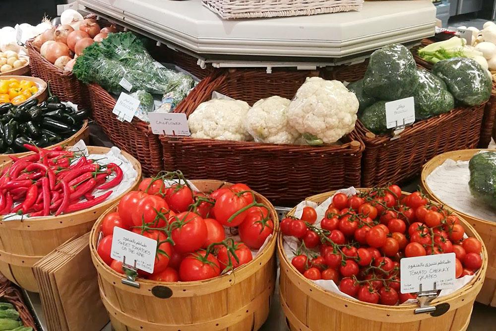 Стеллаж с овощами в американском супермаркете Dean & Deluca