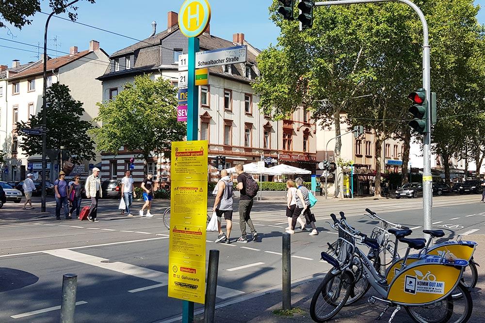Желтые таблички на остановках предупреждают об отмене или изменении маршрутов городского транспорта