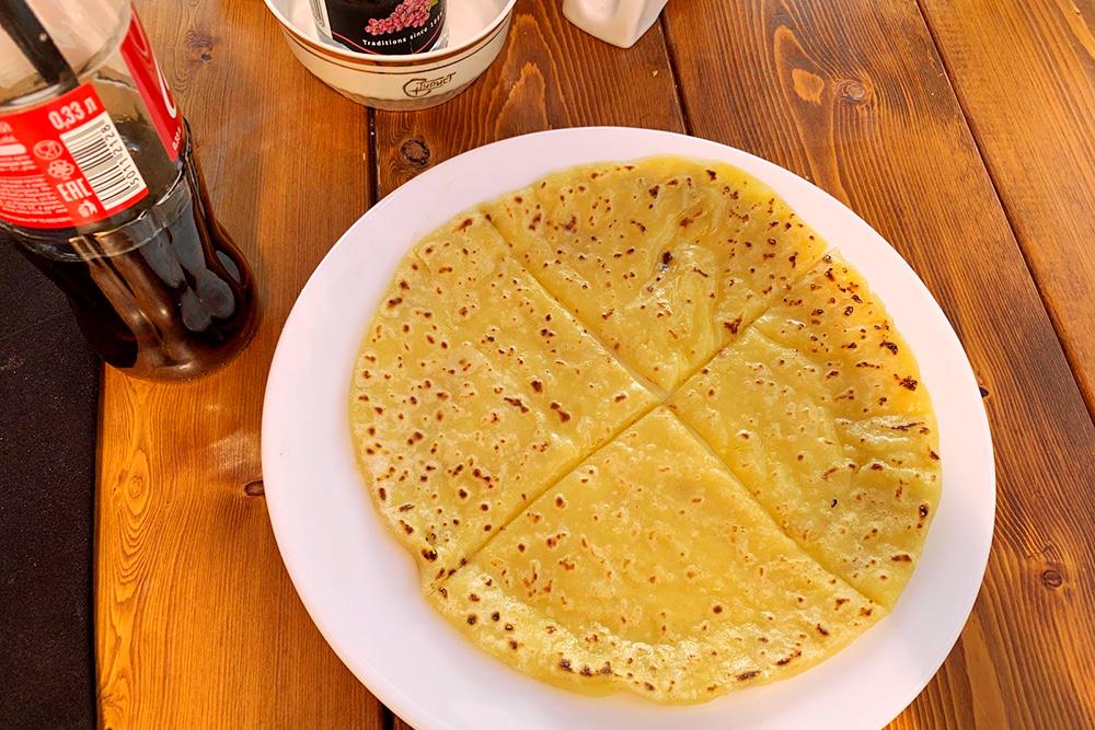 В кафе «Чегет» подают хычины за 100<span class=ruble>Р</span>. Это большие плоские пироги из теста с разными наполнителями — сыром, картошкой, мясом