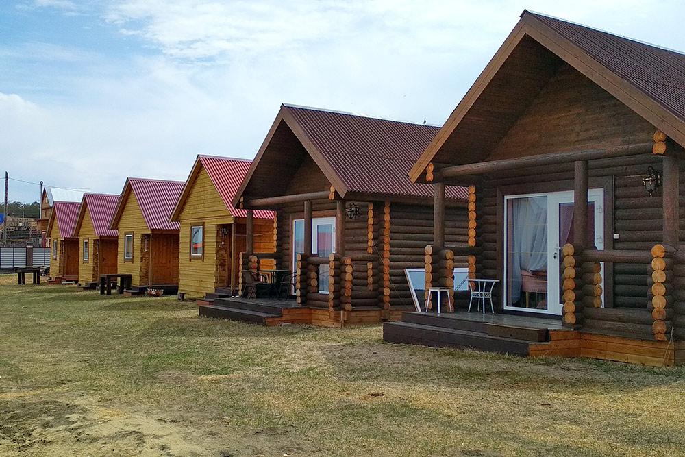 Гостевые домики фермерского дома «Ольхонский». На территории есть беседка для посиделок, бесплатный мангал и баня за 250<span class=ruble>Р</span> в час