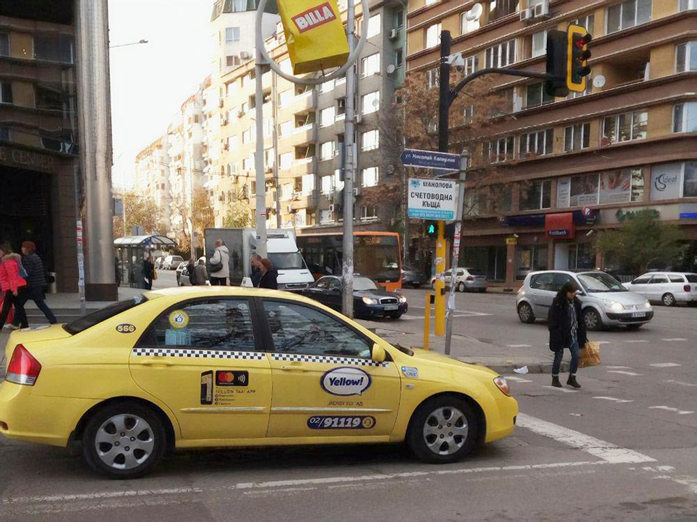 Тарифы на такси указаны на двери машины
