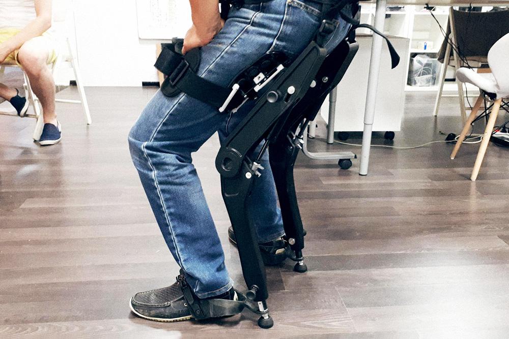 Полный вес экзоскелета — 4 кг, а заряда литий-ионного аккумулятора хватает на 48 часов. Инженеры получили новую версию экзоскелета и тестируют его. Он позволяет не только приседать ниже, чем аналоги, но и отдыхать на нем, как на стуле