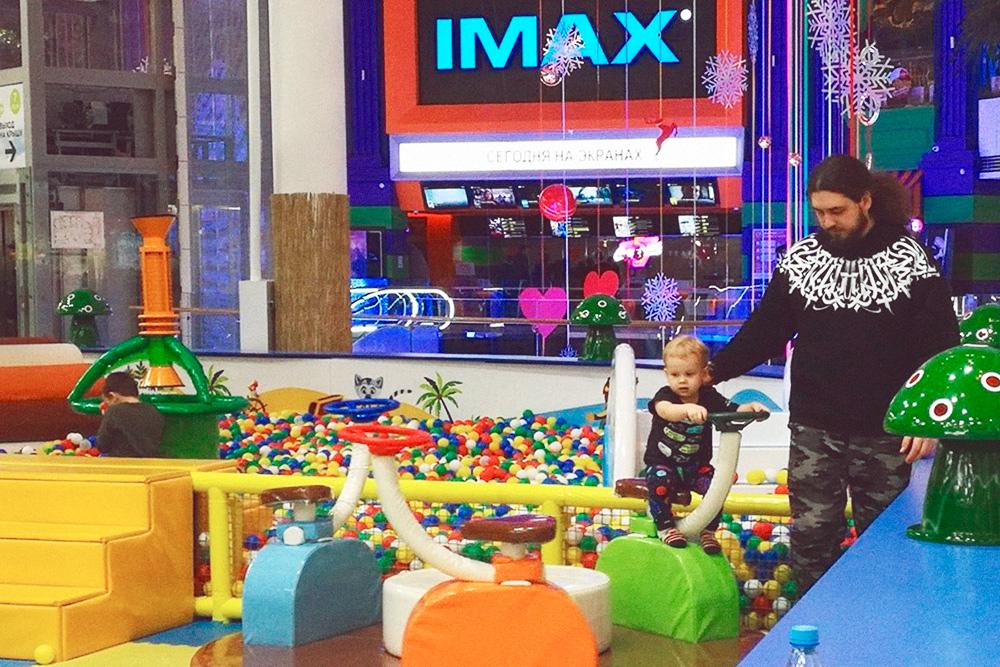 Пока сын маленький, мы водим его на детскую игровую площадку. Для детей постарше есть зоны с игровыми автоматами, аэрохоккеем и сценой