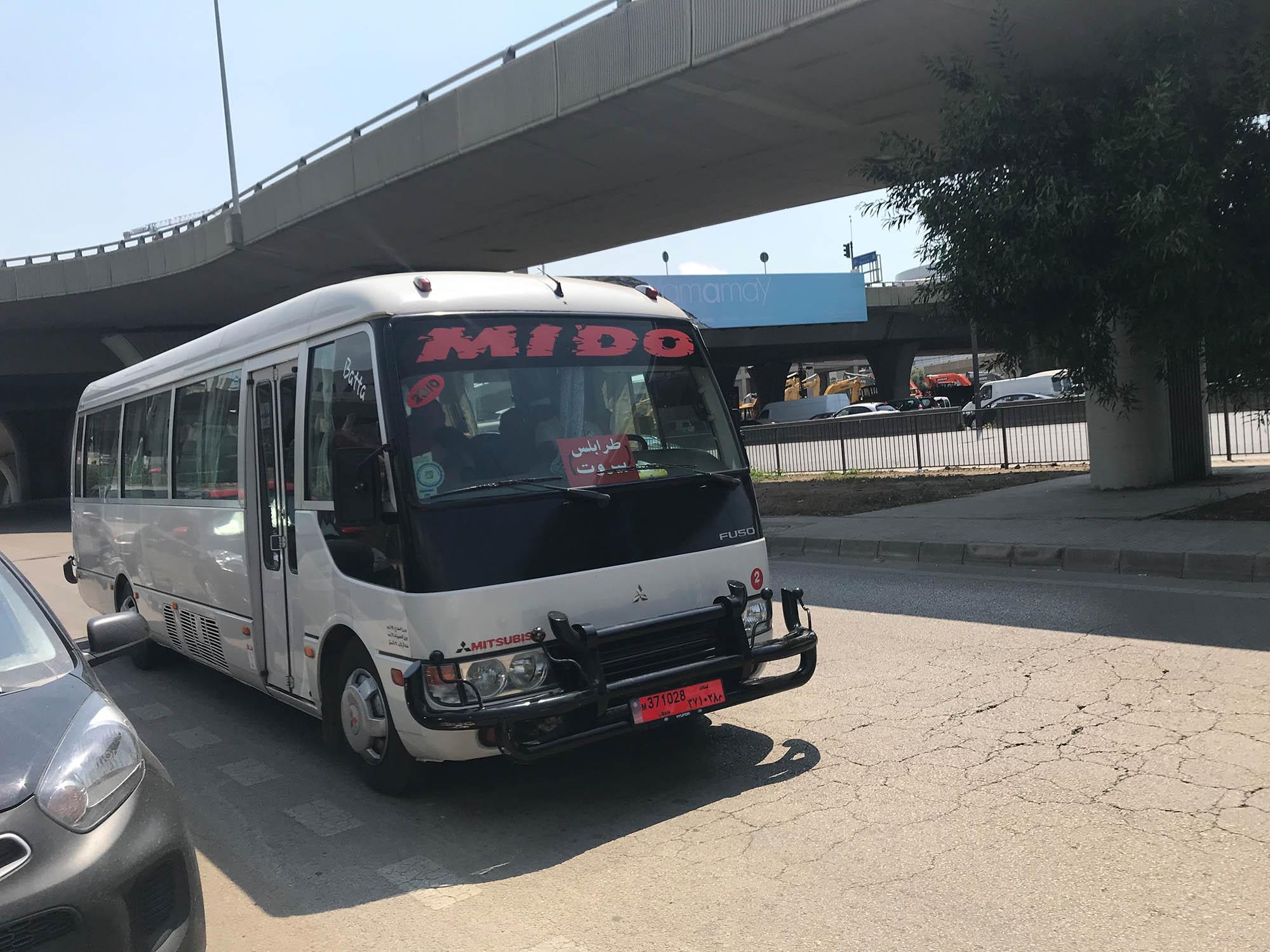 Автобус в районе Дбайе, который ходит по маршруту Триполи — Бейрут