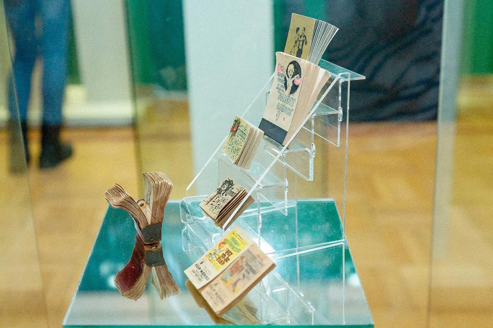 Блокноты с анимацией 19 — начала 20 века на выставке. Это книжки маленького размера с уникальной ориентацией страниц, при которой их перелистывают вертикально, получая движущуюся картинку. Сейчас они называются «флипбуки»
