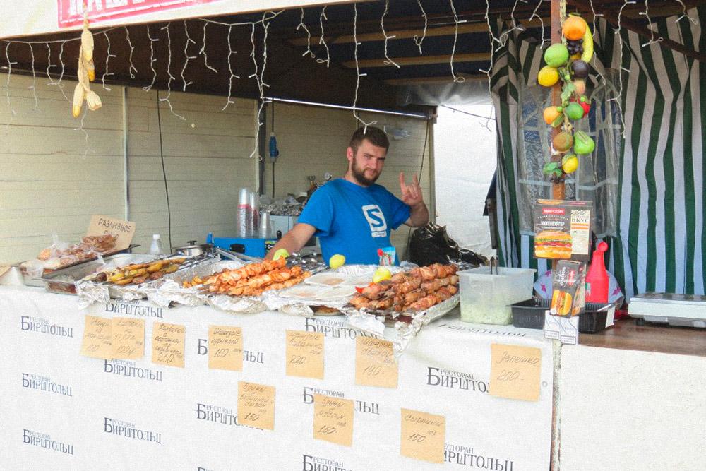 Шашлык готовят прямо на фестивальном поле