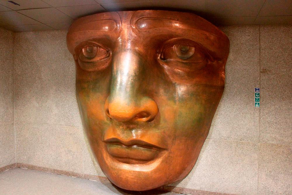 Статуя Свободы сделана из меди. Но металл окислился, и она позеленела. Есть версия, что лицо статуи — это лицо матери автора монумента, скульптора Фредерика Огюста Бартольди