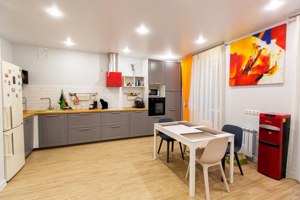 Квартира и так трехкомнатная, но благодаря светлым тонам она кажется еще больше