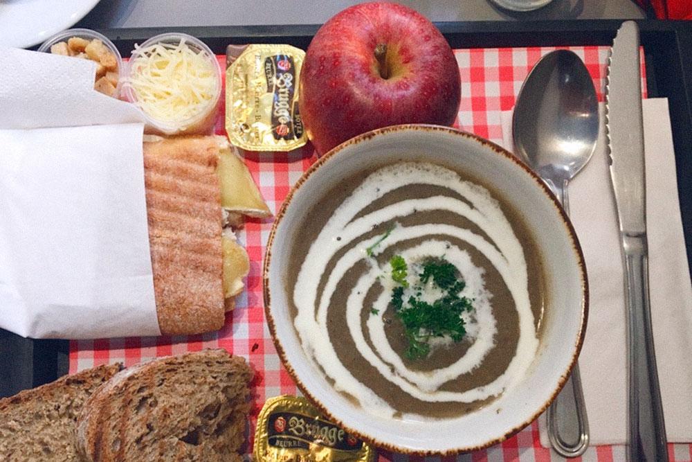 Грибной суп на сливках с гренками, пита с козьим сыром и запеченной грушей обошлись мне в 6€ (438<span class=ruble>Р</span>)