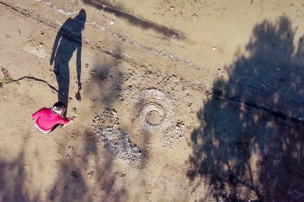 Каменная спираль на песке, которую сделала литовская группа. Фото: Edoardo Montaccini