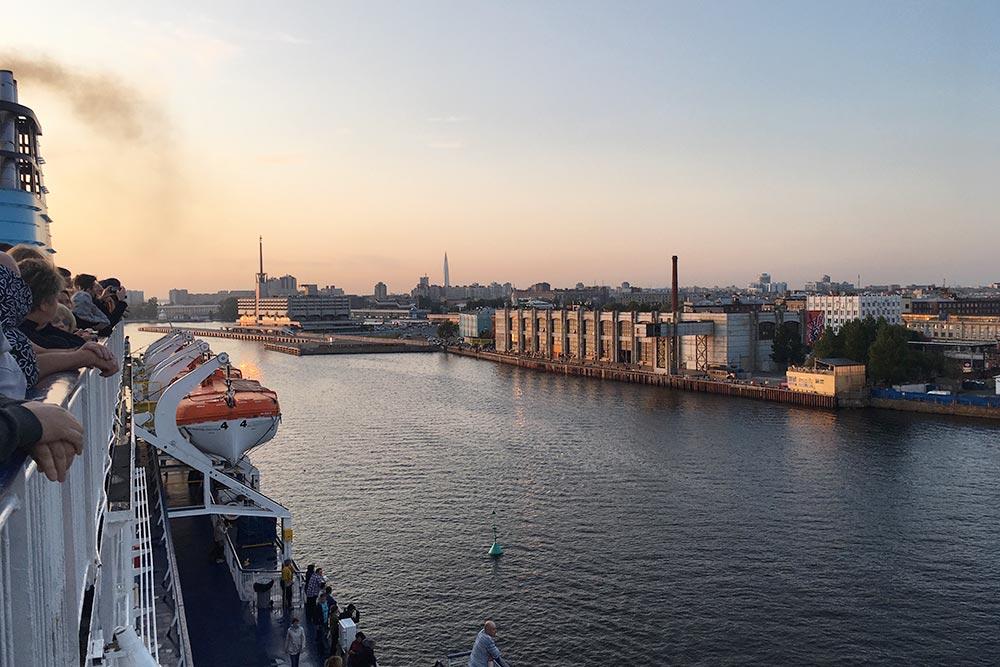 На закате даже индустриальная окраина Петербурга выглядит романтично