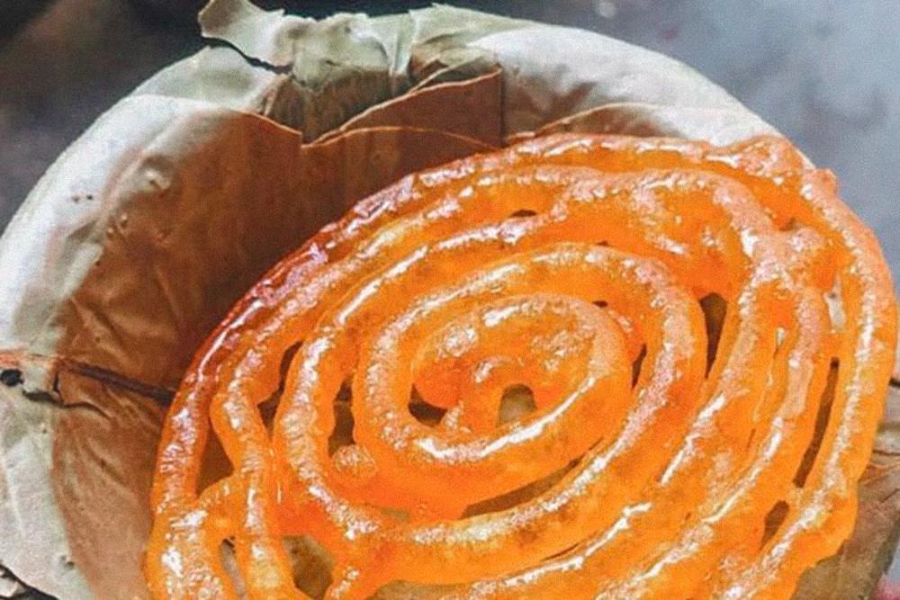 Джалеби — индийская сладость, напоминающая тесто, сваренное в сиропе. Три штуки за 10 ₹ (9<span class=ruble>Р</span>). Вкусно и очень сладко