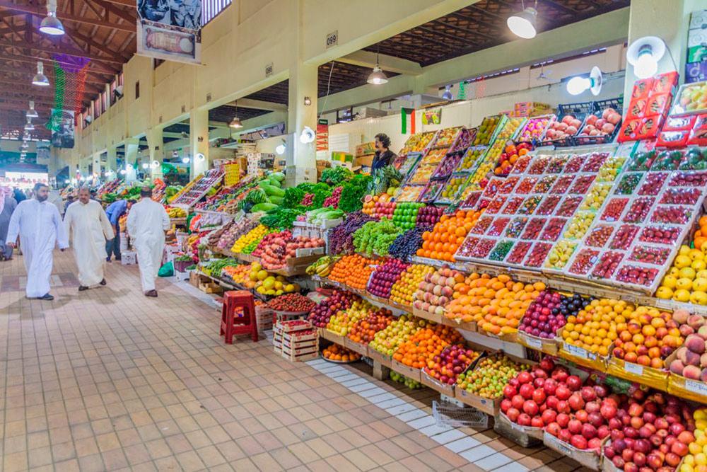 Фруктовые ряды на рынке в центре Эль-Кувейта