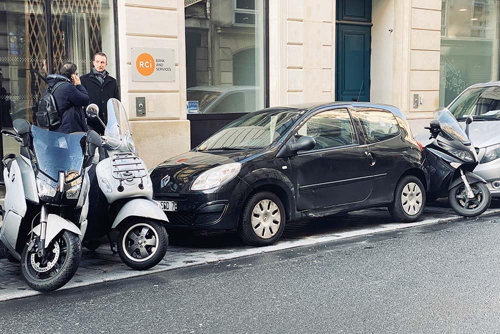 Чтобы выехать, водитель этой машины сам откатит мотоциклы в сторону. Мотоциклисты обычно не возмущаются