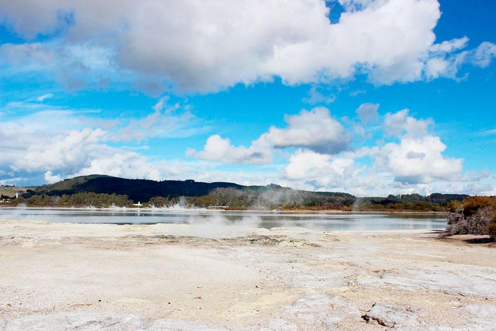 Термальное озеро Роторуа около одноименного городка. Доступно для посещения без ограничений