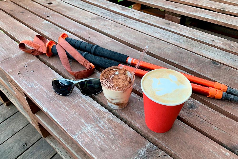 Мне нравится пить кофе на веранде. Однажды осенью бариста вынес плед, на случай если я замерзну, хотя я даже не просила. Кавказ именно такой: радушный и гостеприимный к каждому