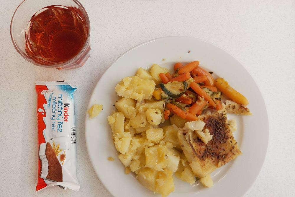 Обед в столовой обошелся в 66 Kč (179<span class=ruble>Р</span>): запеченное филе рыбы, тушеные овощи, вареный картофель и чай, а батончик мне подарили
