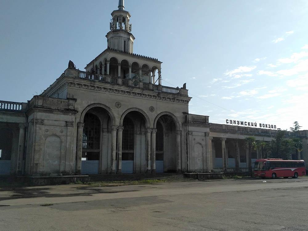 Железнодорожный и автовокзал в Сухуме. Это конечная станция для междугородних маршруток