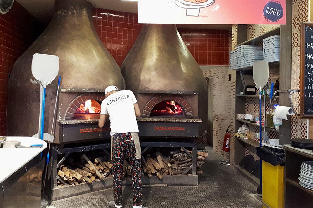 Пиццу на фуд-корте готовят в дровяных печах. Пицца стоила от 8€ (600 рублей), бокал вина от5€ (380 рублей)