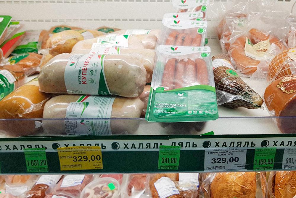 Отдел халяль в магазине: колбаски стоят 341рубль, буженина — 329рублей, конина — 1169рублей. Цена указана за 1 кг