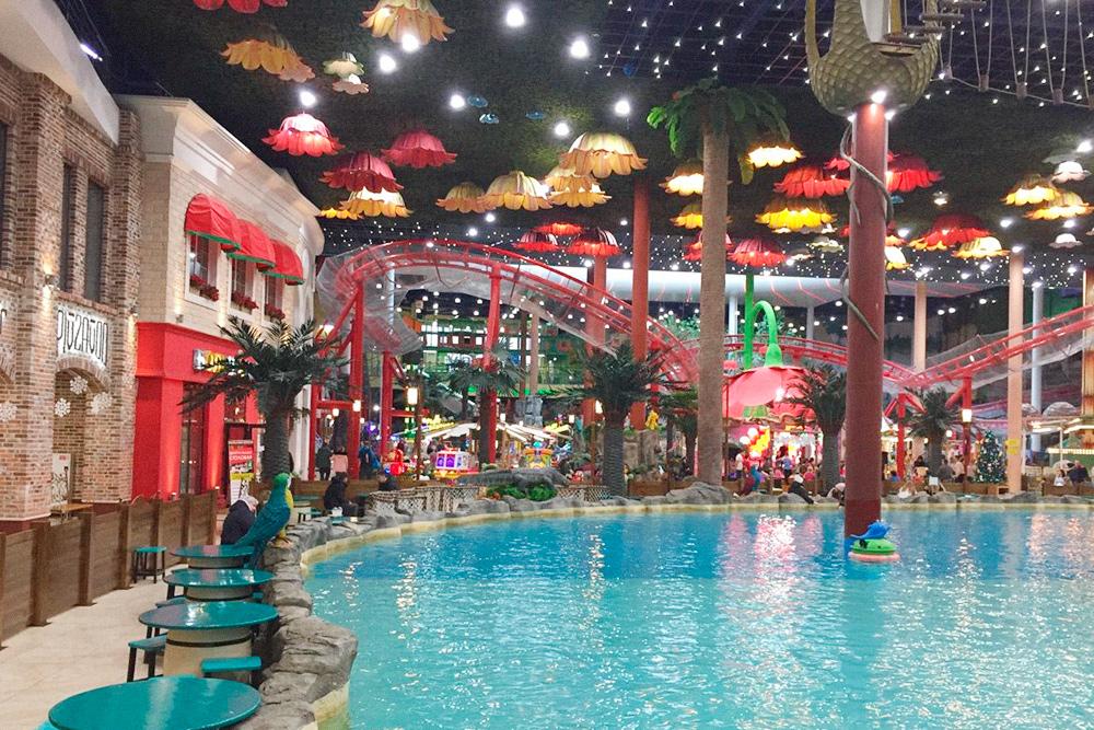 В одном из торговых центров даже есть американские горки и большой бассейн с лодками