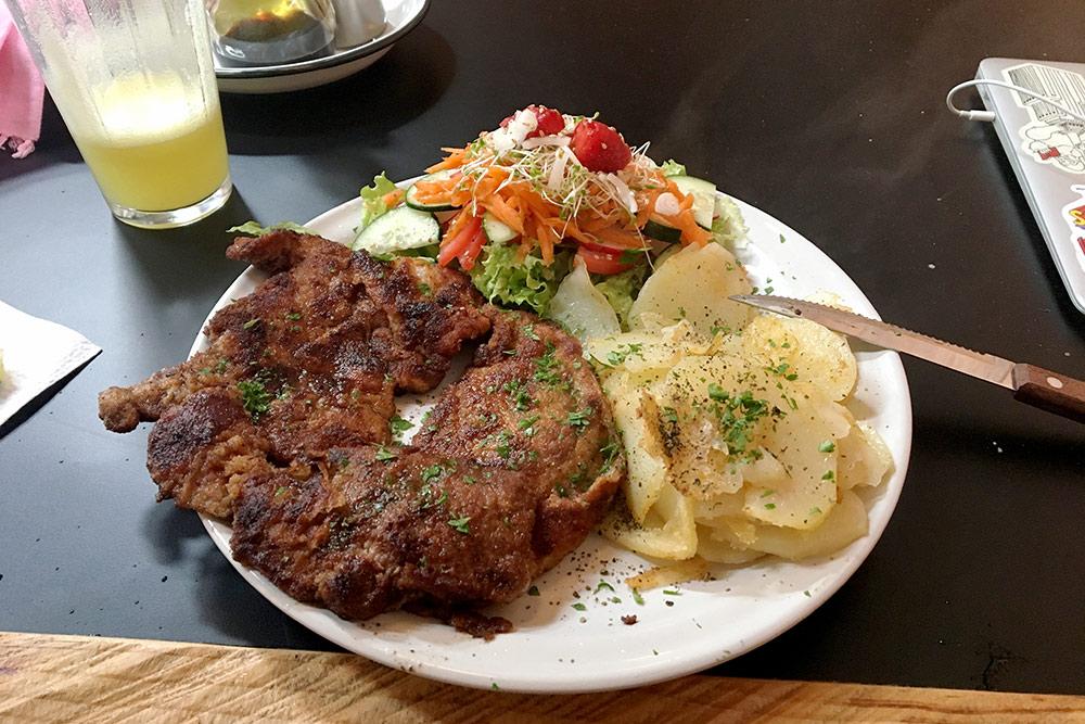 В мексиканских ресторанах много мяса на углях, риса, тако и блюд из кукурузы: супов, напитков, лепешек. Свежевыжатый сок, мясо, салат и картошка стоили 80 песо за порцию (265<span class=ruble>Р</span>)