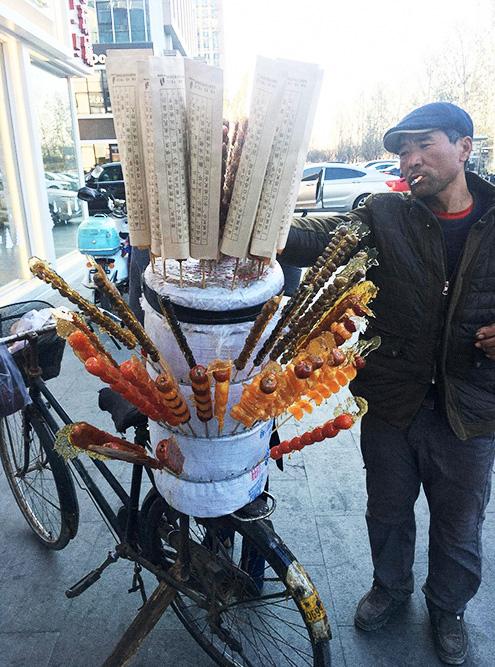 У продавца сладостей нет платежного терминала и наличных, для получения денег он использует «Вичат» или «Али-пэй»