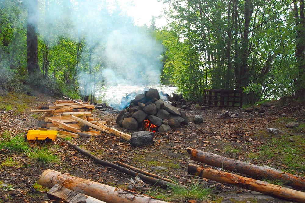 Печь для бани с заготовленными для растопки дровами