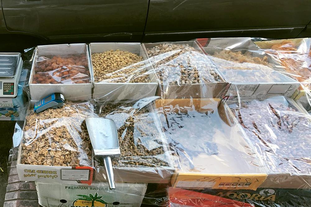 Банковский терминал есть даже у уличного продавца орешков