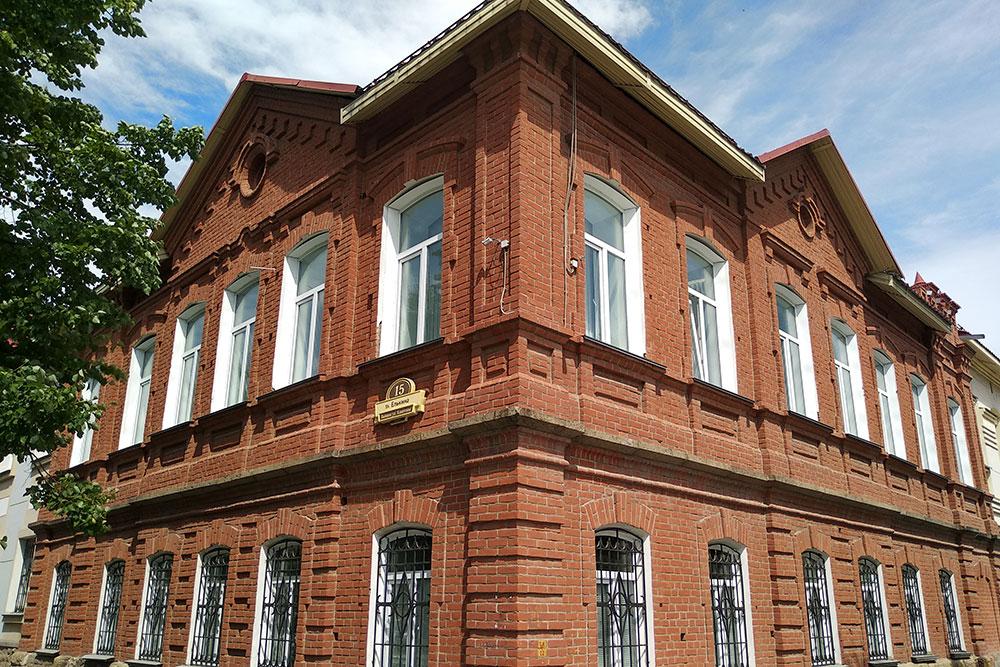 Большинство старинных зданий охраняются как памятники культуры, их нельзя просто так отремонтировать. В основном в этих зданиях располагаются государственные учреждения вроде подразделений МВД