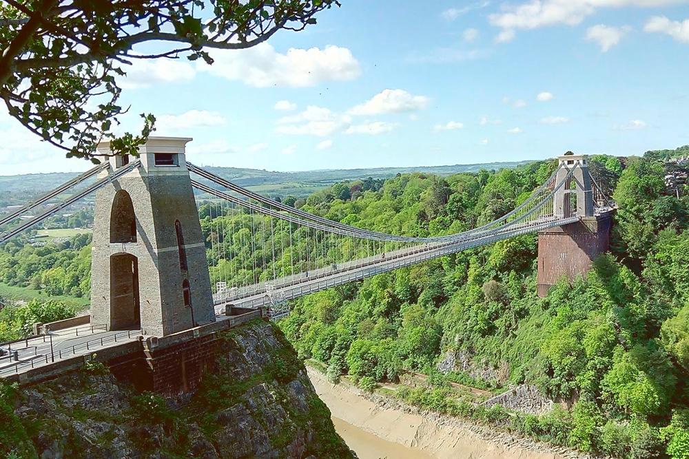Клифтонский подвесной мост над ущельем реки Эйвон — визитная карточка Бристоля. Рядом с мостом находится Бристольская обсерватория с камерой-обскурой