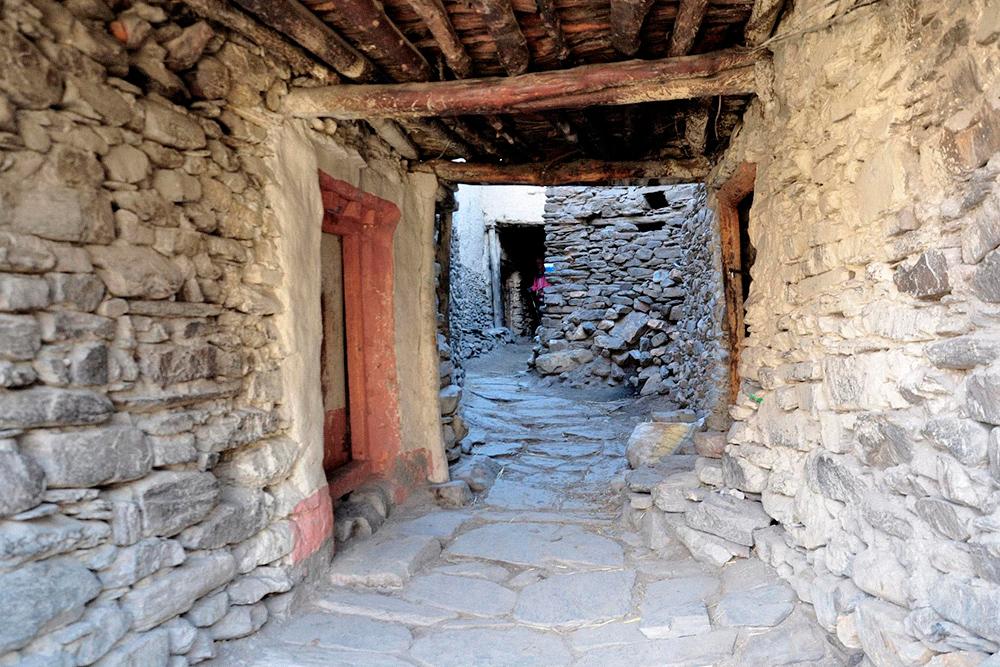 Каменные коридоры в деревнях вдоль реки Кали-Гандаки нужны, чтобы спрятаться от ветра
