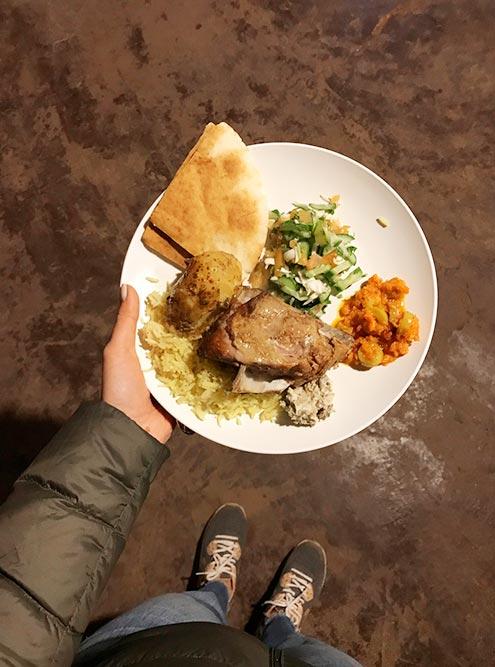 Ужин в деревне бедуинов: барашка тушили в земле и подали с рисом и овощами. Мясо тает во рту