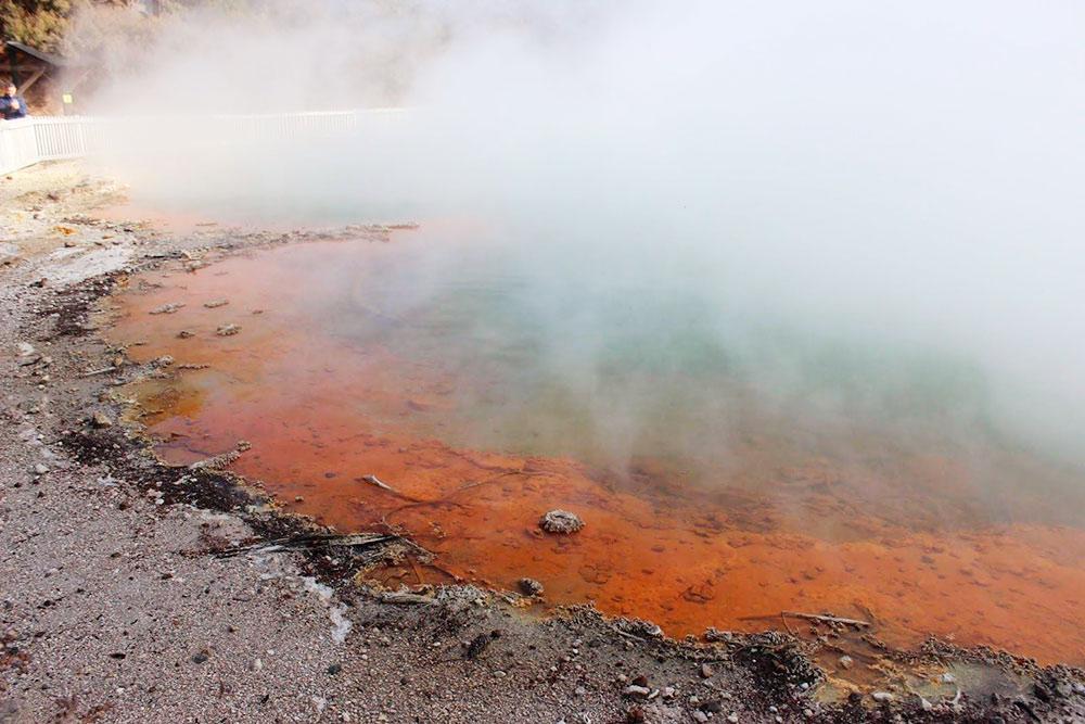 Термальный источник Шампейн-Пул, переводится как «бассейн с шампанским». Температура около 75 °С. Оранжевый цвет в нем появился из-за высокой концентрации аурипигмента и антимонита
