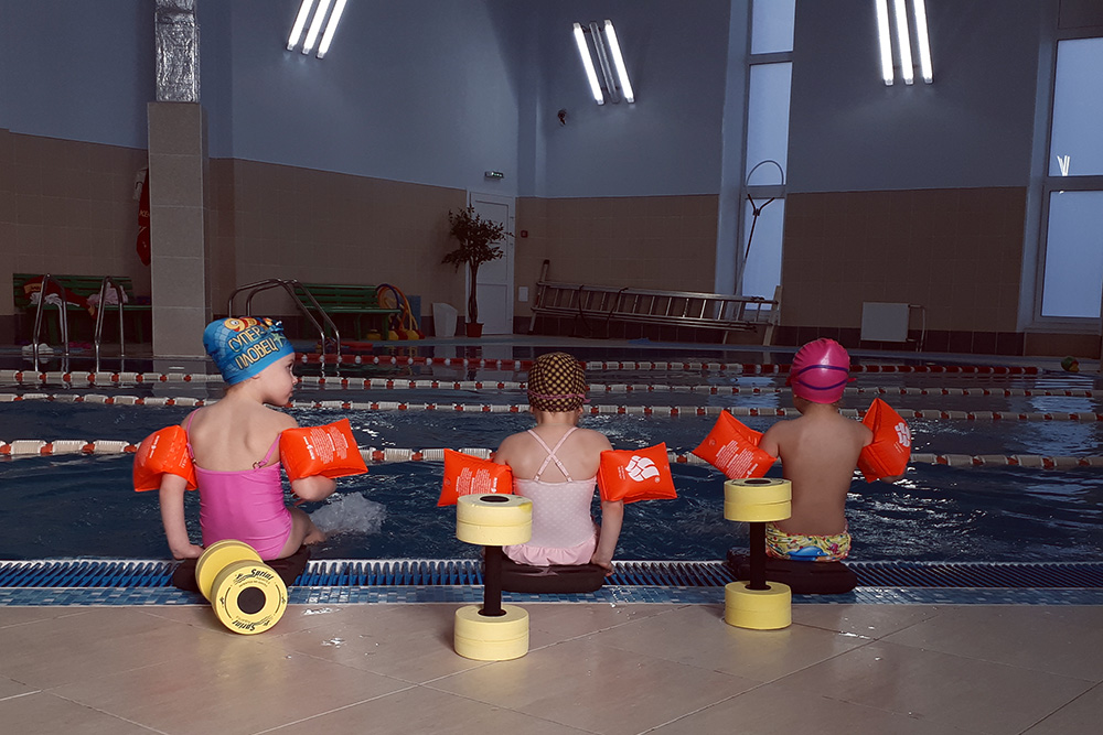 Пока я тренируюсь, дочь плавает в бассейне