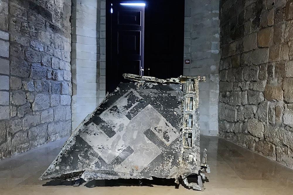 Обломок крыла немецкого истребителя — экспонат в Константиновской батарее