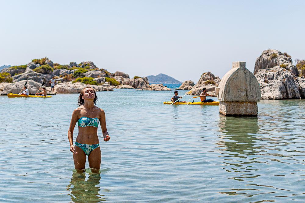 Пляж в Кекове. Справа — ликийский саркофаг. Такие попадаются по всему побережью