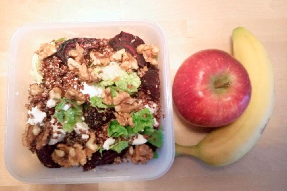 Салат из киноа, печеной свеклы, козьего сыра и орехов, банан и яблоко — мой рацион на день в университе