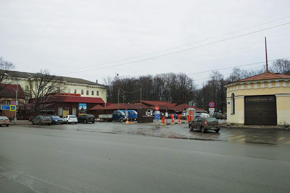 Платной парковкой в центре пользуются туристы. За деревьями скрывается кремль. Час парковки стоит 70<span class=ruble>Р</span>