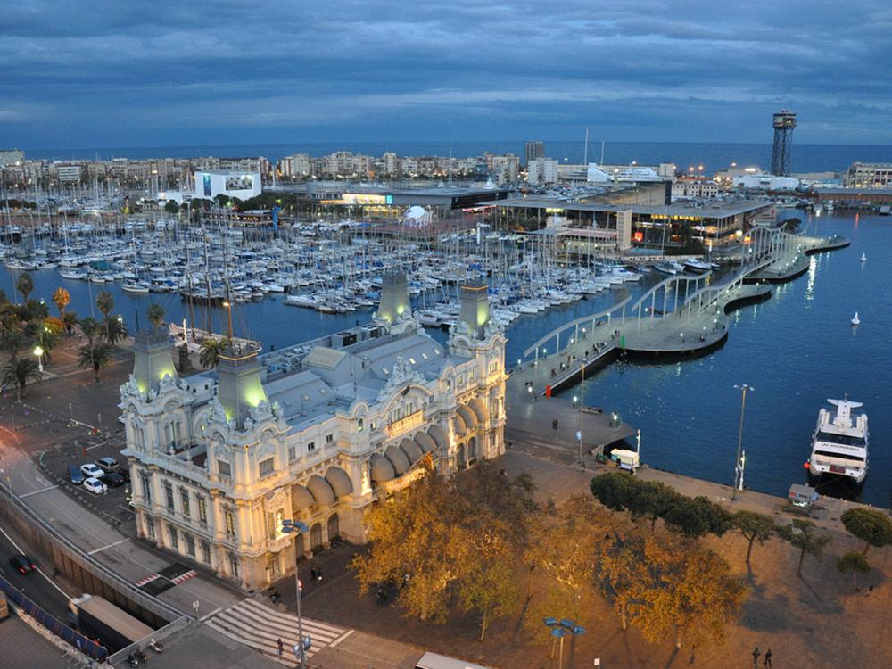 Вид на порт Барселоны с высоты памятника Христофору Колумбу. Фото: Jorge Láscar/Flickr