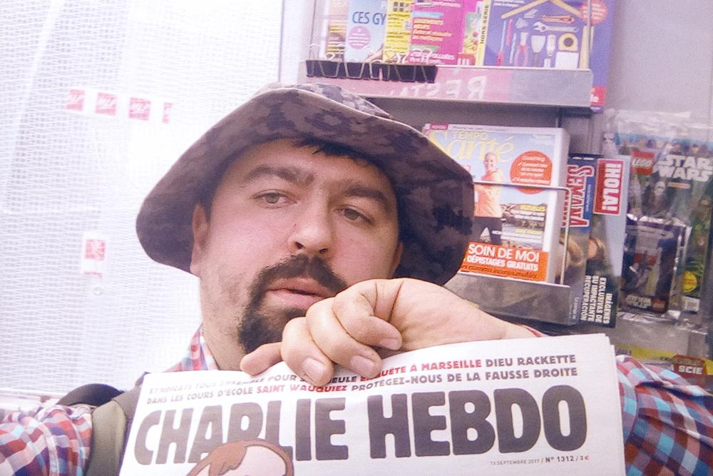 Свежий номер газеты «Шарли-эбдо» стоил 3€, поэтому я ограничился фотографией