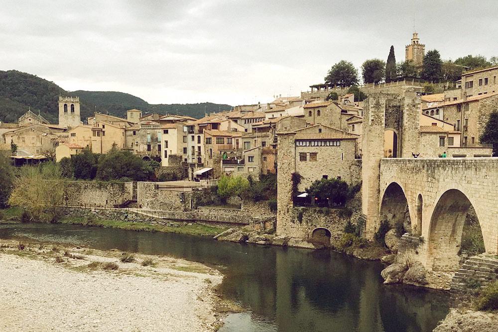 Самый фотографируемый вид Бесалу — оборонительный мост и дома, построенные римлянами в 11—12 веках
